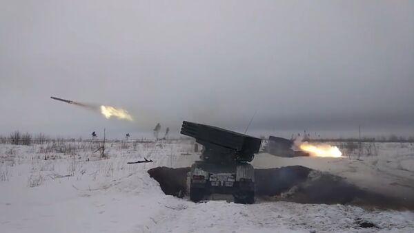 Militares rusos efectúan maniobras tácticas a nivel de batallón - Sputnik Mundo