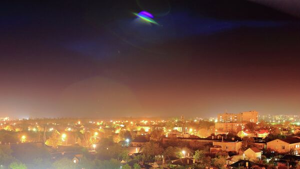 Un ovni sobrevuela una ciudad (imagen ilustrativa) - Sputnik Mundo
