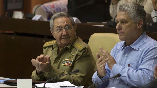 Raúl Castro aplaude a Díaz-Canel durante una sesión de la Asamblea Nacional en La Habana - Sputnik Mundo