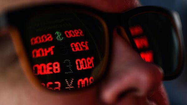 Un hombre en una caja de cambio (imagen referencial) - Sputnik Mundo