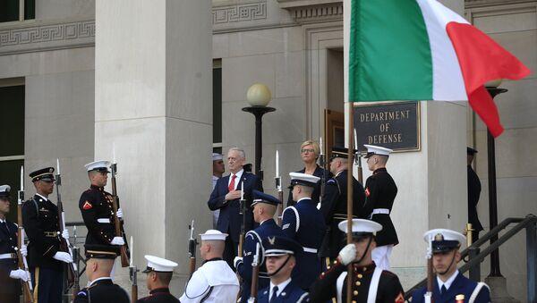 Jim Mattis, secretario de Defensa de EEUU, y Roberta Pinotti, ministra de defensa de Italia (archivo) - Sputnik Mundo