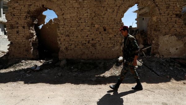Un militar sirio en Guta Oriental - Sputnik Mundo