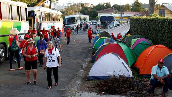 Campamento de simpatizantes de Lula en Curitiba - Sputnik Mundo
