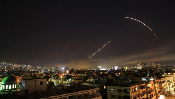Los misiles cruzan el horizonte de Damasco cuando EEUU lanza un ataque contra Siria que apunta a diferentes partes de la capital - Sputnik Mundo