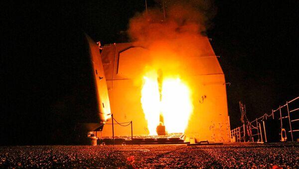 Buque de guerra estadounidense USS Monterey lanza un misil Tomahawk - Sputnik Mundo