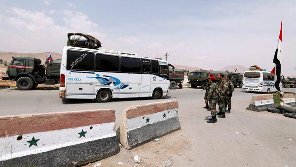 La evacuación de radicales y sus familiares de la ciudad siria de Duma - Sputnik Mundo