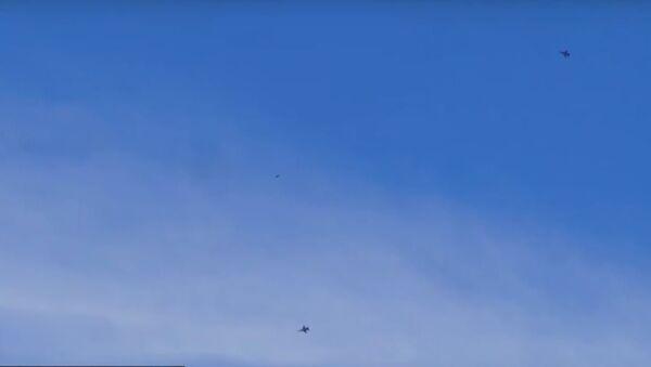 Filmado un objeto misterioso sobre la base estadounidense Área 51 - Sputnik Mundo