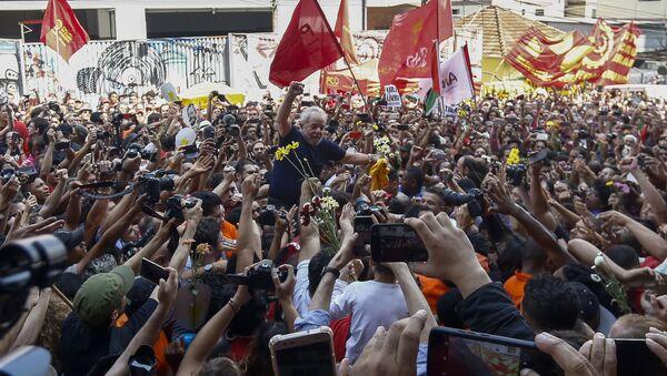 Luiz Inácio Lula da Silva, expresidente de Brasil, con sus apoyadores, antes de entregarse a la polícia - Sputnik Mundo