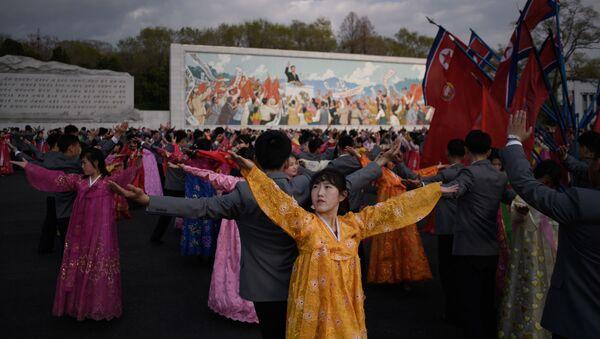 Unos bailes durante las fiestas del Día del Sol en Pyongyang. - Sputnik Mundo