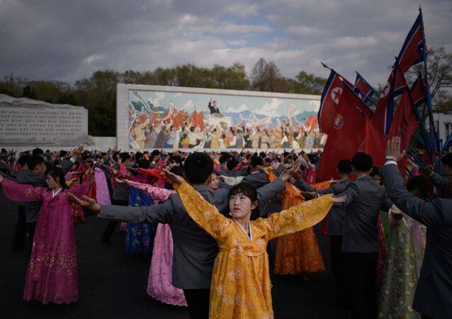 Unos bailes durante las fiestas del Día del Sol en Pyongyang.
