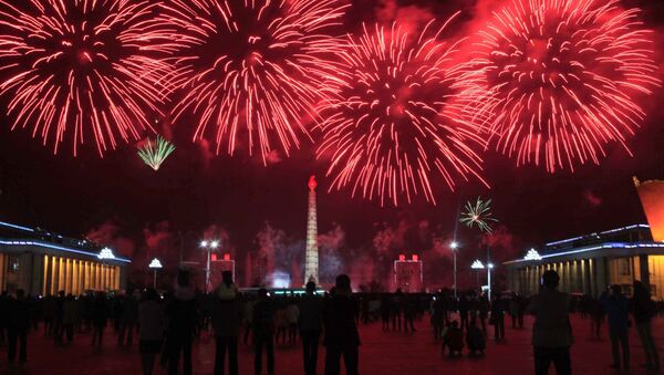 Fuegos artificiales en honor al cumpleaños del fundador del Estado norcoreano. - Sputnik Mundo