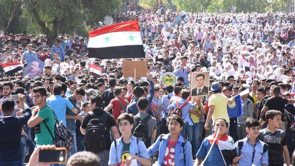 Manifestación de jóvenes sirios con motivo del Día de la Evacuación - Sputnik Mundo