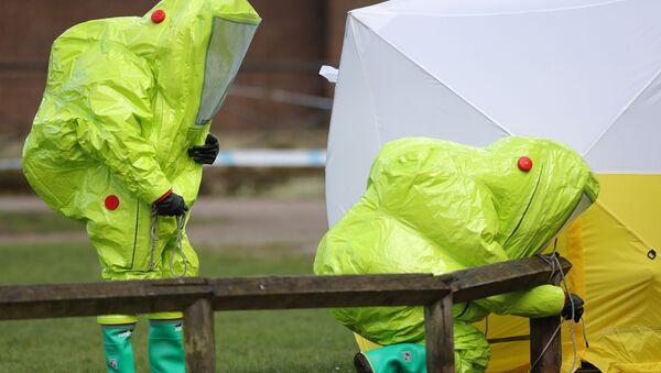 Especialistas de las unidades antiquímicas trabajan en relación con el caso Skripal en Salisbury (Reino Unido), el 8 de marzo de 2018 - Sputnik Mundo