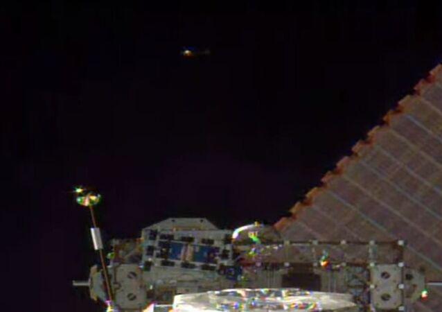 Un objeto anómalo aparece durante una transmisión en vivo desde el espacio