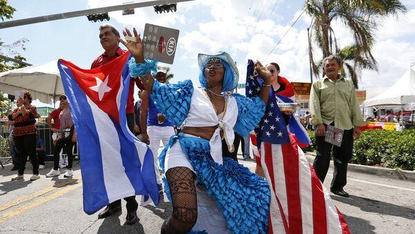 Cubanos bailan en Festival de la Calle Ocho de Miami - Sputnik Mundo