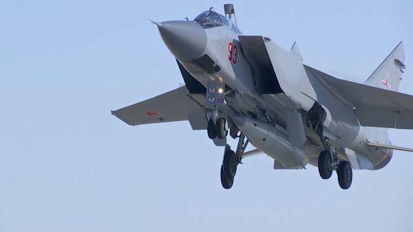 Un MiG-31 de las Fuerzas Aeroespaciales de Rusia realiza un lanzamiento de prueba del misil hiersónico Kinzhal - Sputnik Mundo