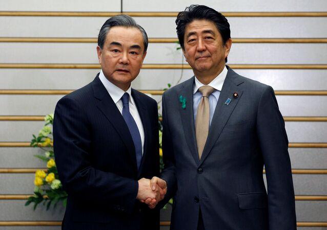 El Consejero de Estado chino, Wang Yi, se reúne con el Primer Ministro de Japón, Shinzo Abe