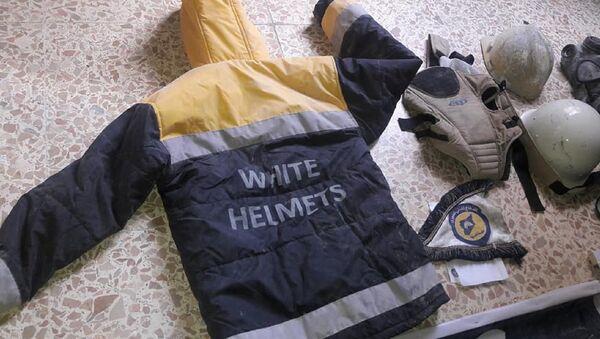 El uniforme de los Cascos Blancos hallado en un laboratorio en Guta Oriental (archivo) - Sputnik Mundo
