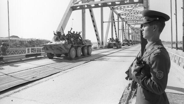 La primera columna de tropas soviéticas cruza la frontera soviético-afgana al volver a casa - Sputnik Mundo