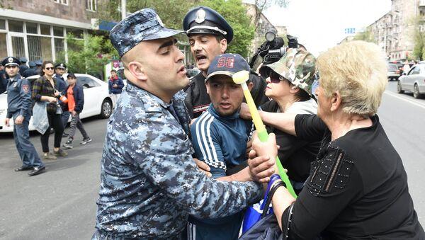Enfrentamientos entre la Policía y los manifestantes durante las protestas en Ereván, Armenia - Sputnik Mundo