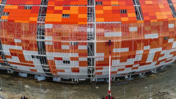 La construcción del estadio Mordovia Arena en Saransk, Rusia - Sputnik Mundo