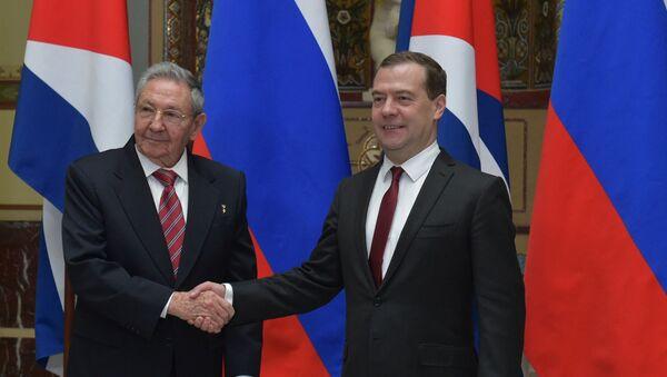 Raúl Castro, expresidente de Cuba y Dmitri Medvédev, el actual primer ministro de Rusia - Sputnik Mundo