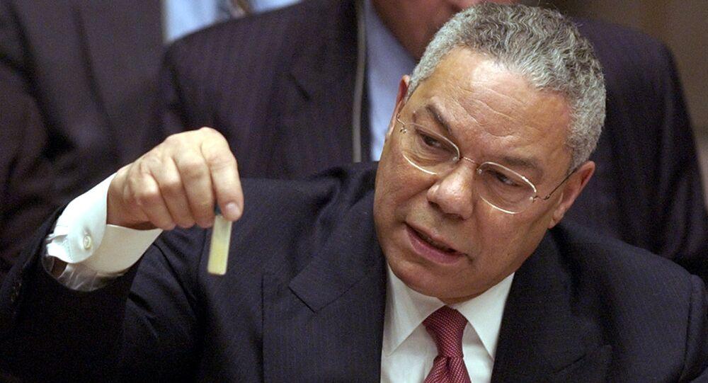 Colin Powell, secretario de Estado de EEUU entre 2001 y 2005, presenta ante la ONU una falsa muestra de ántrax en 2003