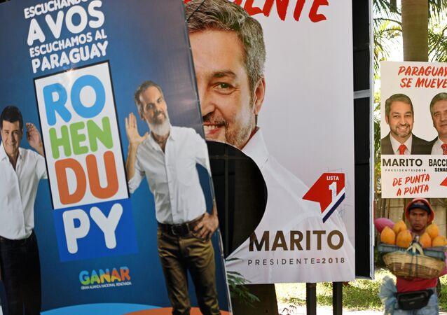 Los carteles con los candidatos presidenciales de Paraguay
