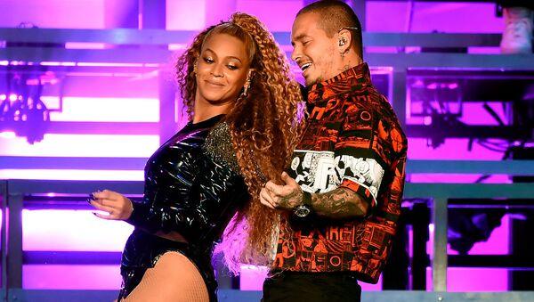 Los cantantes Beyoncé y J Balvin en su concierto en el festival Coachella - Sputnik Mundo