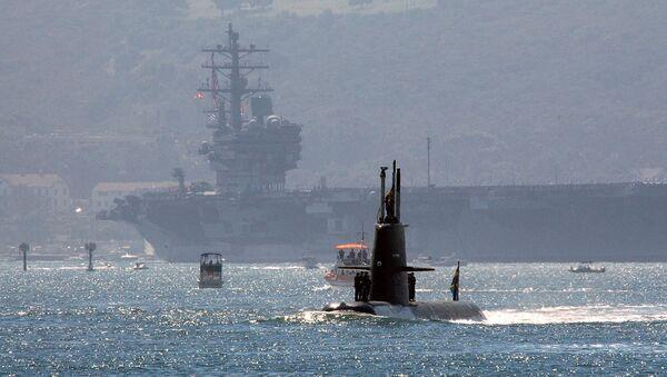 Un submarino sueco de clase Gotland se acerca al portaviones de EEUU USS Ronald Reagan (archivo) - Sputnik Mundo