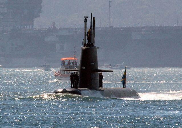 Un submarino sueco de clase Gotland se acerca al portaviones de EEUU USS Ronald Reagan (archivo)
