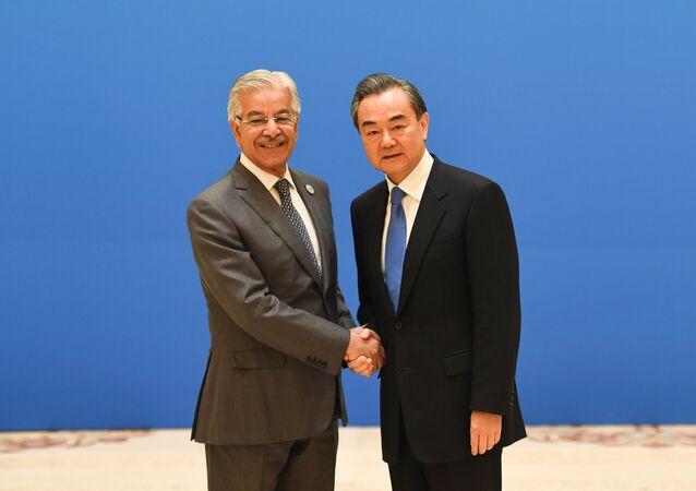 Ministro de Asuntos Exteriores de Pakistán, Khawaja Muhammad Asifm y su homólogo chino, Wang Yi en la víspera de la cumbre de la OCS