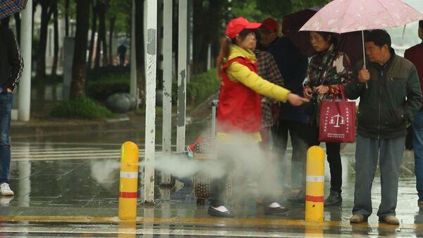 Instalan un curioso sistema contra peatones imprudentes en China - Sputnik Mundo