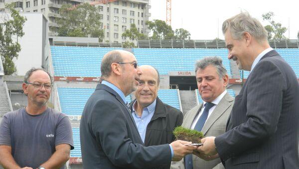 El subsecretario Nacional de Deporte de Uruguay, Alfredo Etchandy, hace entrega al embajador de Rusia en Montevideo, Nikolái Sofinski, de un pan de césped del histórico estadio Centenario - Sputnik Mundo