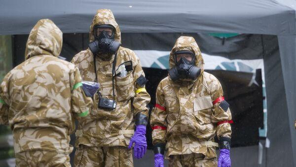 Especialistas de las unidades antiquímicas trabajan en relación con el caso Skripal en Salisbury (Reino Unido) - Sputnik Mundo
