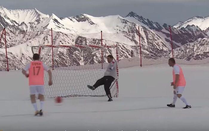 Un partido de fútbol en plena montaña nevada de Sochi
