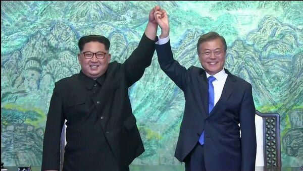 Reunión entre el líder de Corea del Norte, Kim Jong-un, y el presidente de Corea del Sur, Moon Jae-in (archivo) - Sputnik Mundo
