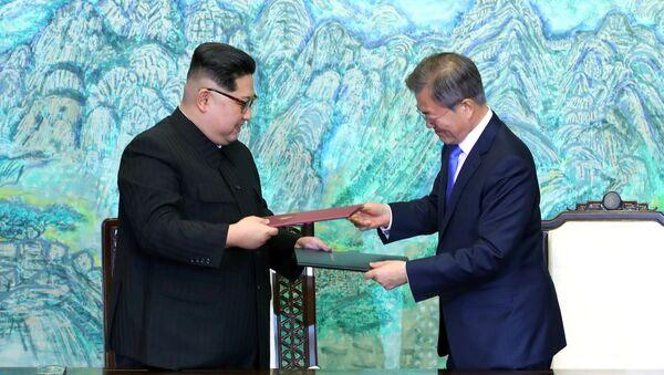 Reunión entre el líder de Corea del Norte, Kim Jong-un, y el presidente de Corea del Sur, Moon Jae-in - Sputnik Mundo