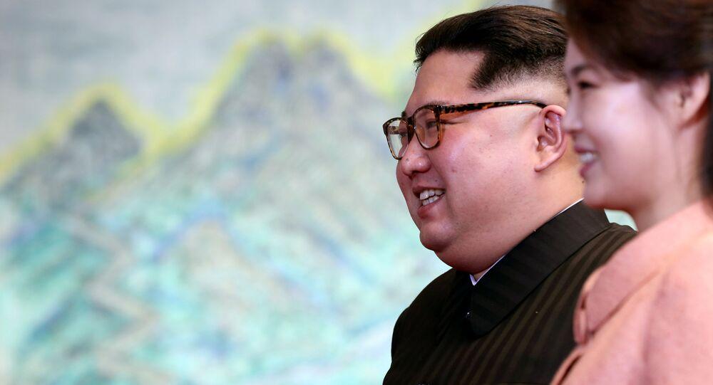 Kim Jong-un, líder de Corea del Norte, y su esposa Ri Sol-ju