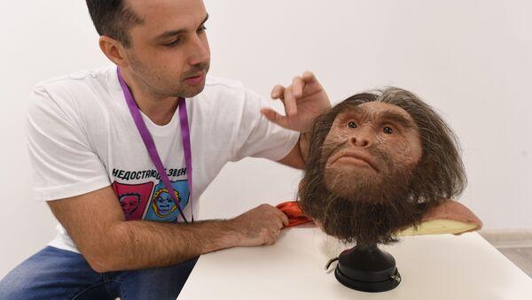Gueorgui Sokolov presenta la reconstrucción de la cabeza del ser prehistórico Homo naledi (Anatoli Alexandrov) en la Universidad Nacional de Investigación Tecnológica (MISIS) - Sputnik Mundo