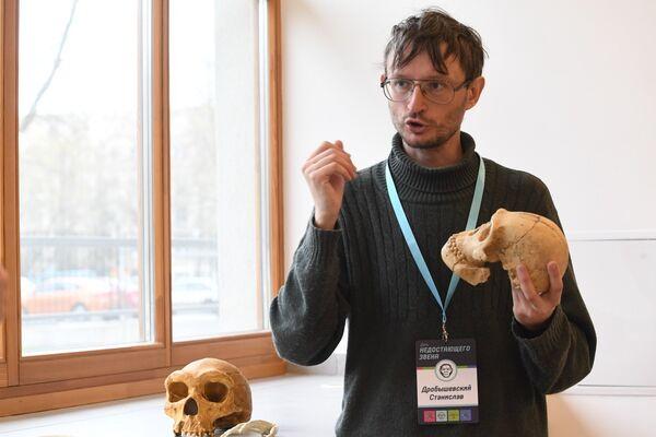 El antropólogo Stanislav Drobyshevski muestra la reproducción en yeso del cráneo de un Homo naledi - Sputnik Mundo