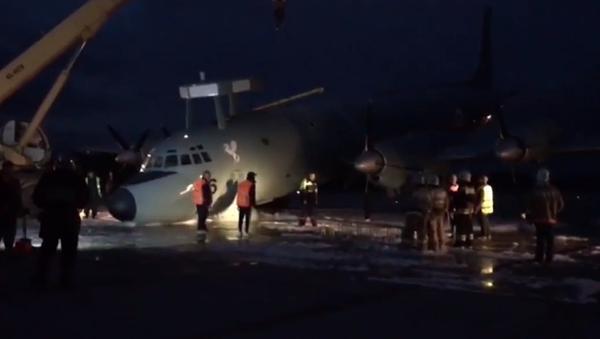 Cómo la maestría de los pilotos evitó una tragedia en el aterrizaje del Il-38 en Moscú - Sputnik Mundo