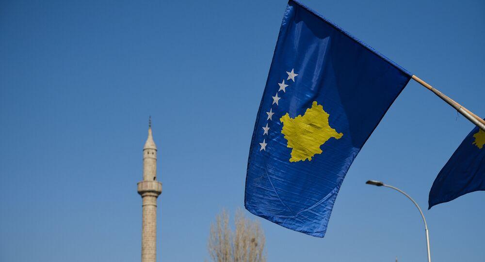 Bandera de Kosovo en Pristina