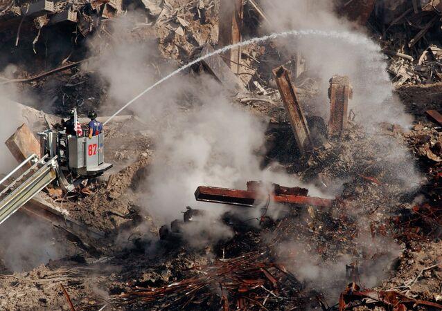 Bomberos entre los escombros del World Trade Center en Nueva York, el 12 de octubre de 2001