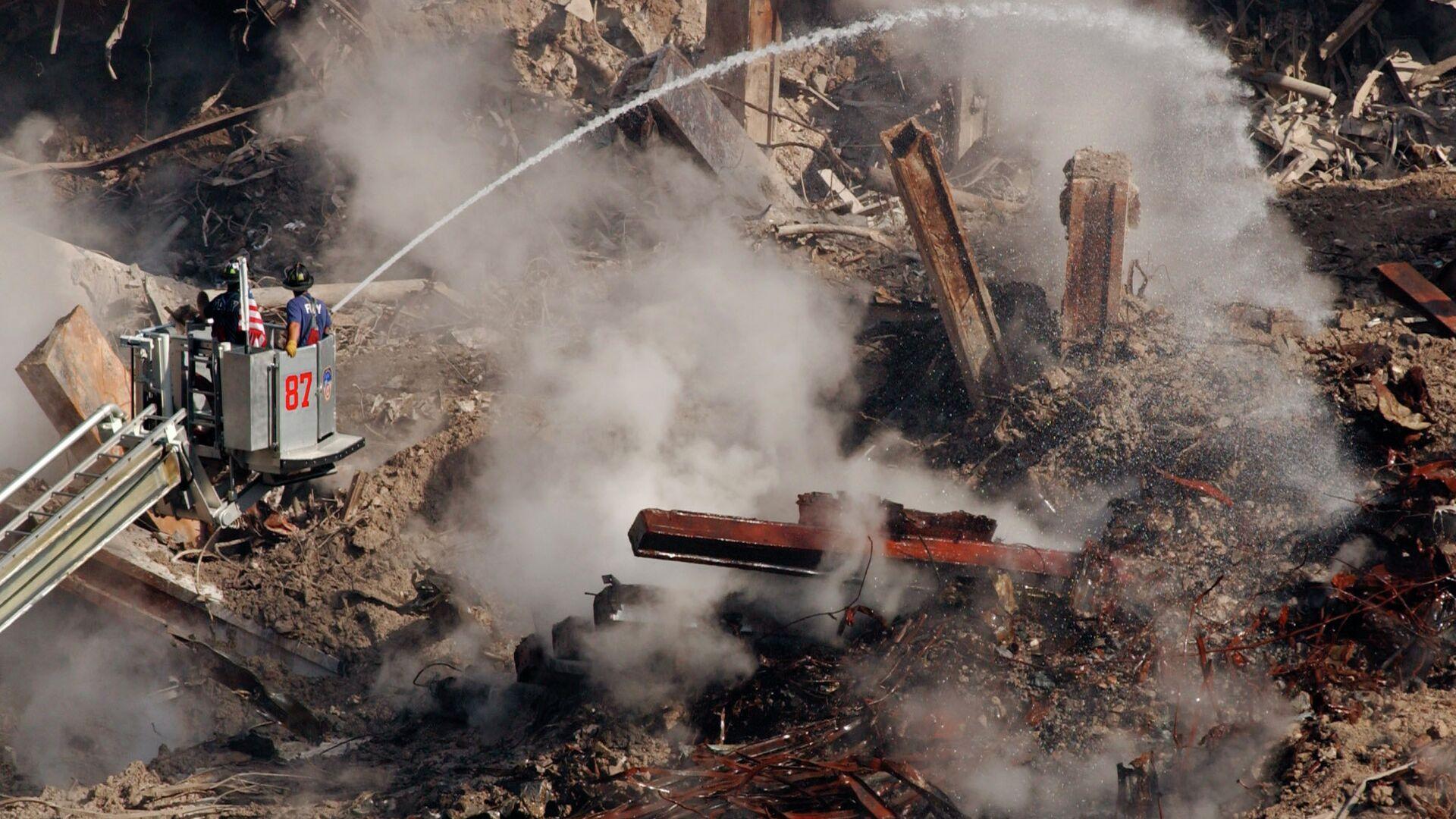 Bomberos entre los escombros del World Trade Center en Nueva York, el 12 de octubre de 2001 - Sputnik Mundo, 1920, 10.09.2021