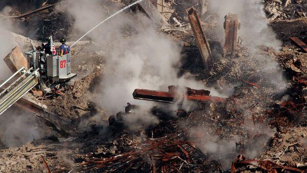 Bomberos entre los escombros del World Trade Center en Nueva York, el 12 de octubre de 2001 - Sputnik Mundo