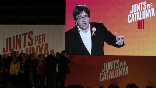 El expresidente del Gobierno catalán, Carles Puigdemont, en la pantalla - Sputnik Mundo