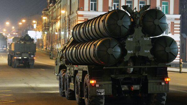 Los sistemas S-400 rusos durante un ensayo del desfile militar en Vladivostok - Sputnik Mundo