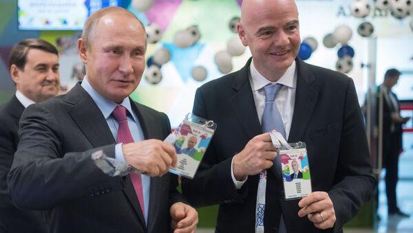El presidente ruso, Vladimir Putin, y el presidente de la FIFA, Gianni Infantino, reciben su FAN ID - Sputnik Mundo