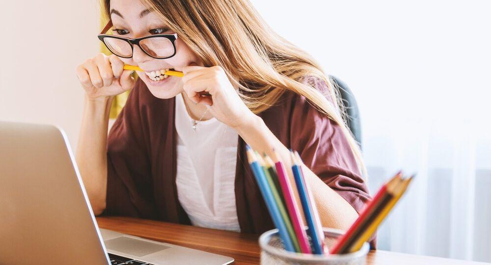 Una mujer delante de un ordenador